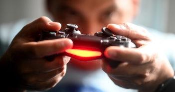 Ein Mann spielt mit einem Controller Videospiele. Bild: picture alliance/dpa/dpa-Zentralbild | Britta Pedersen