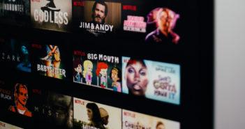 Das Auswahlmenu von Netxflix mit mehreren Filmen und Serien. Bild: Charles Deluvio | Unsplash