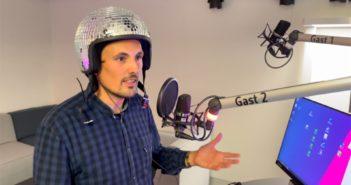 Moderator Gero Simone mit seinem Disko-Helm; Rechte: WDR/Schieb