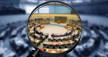 Sicht auf den Landtag durch eine Lupe
