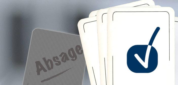 Rechts: weiße Karten mit einem blauen Häckchen und links eine graue Karte mit der Aufschrift Absage