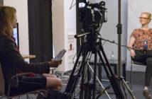 Zwei Frauen sitzen sich im Fernsehstudio gegenüber, zwischen ihnen steht eine Kamera; Rechte: WDR/Annika Fußwinkel