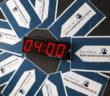 """Digitale Anziege 04:00 und Schilder """"Kandidatencheck"""""""