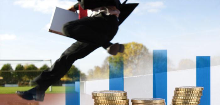 Mann in Anzug springt über Hürde, Geldmünzen Bildrechte: mauritius images