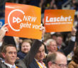 Archivbild: Parteitag CDU 2016 . Delegierte aus NRW halten Plakate in die Höhe ; Rechte: dpa/Sven Simon