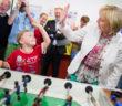 Hannelore Kraft und ein Kind, umringt von Pressefotografen