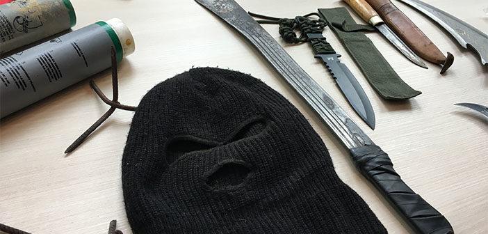 Waffen und Tarnhaube, die die Polizei im Hambacher Forst beschlagnahmt hat, Rechte: WDR/Kellers