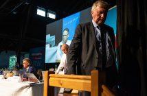 Helmut Seifen, bisheriger Landesvorsitzender der NRW-AfD, verlässt nach seinem Rücktritt das Podium beim Landesparteitag der nordrhein-westfälischen AfD. (Foto: dpa Picture-Alliance/Swen Pförtner)