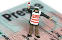 Polizisten-Figur auf einem Presseausweis (Bild: imago)