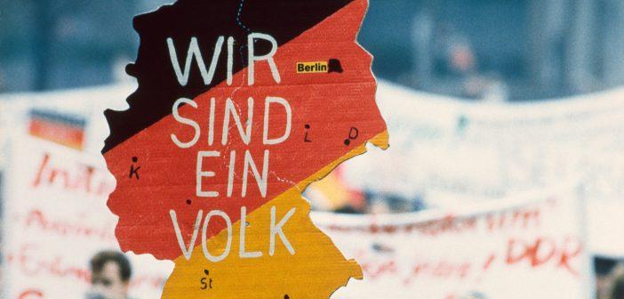 Bild von einem geeinten Deutschland auf einer Leipziger Montagsdemo (Rechte: AP)