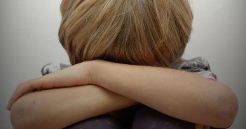 Kind, dass sich aus Angst versteckt (Foto: dpa/picture alliance)