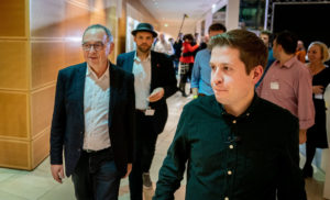 Kevin Kühnert (rechts) mit Norbert-Walter Borjans (links); im Hintergrund: Veith Lemmen