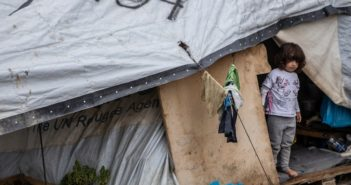 Kind in einem Zelt eines Flüchtlingslagers (Foto: dpa)
