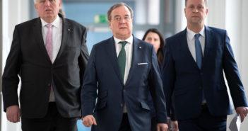 Karl-Josef Laumann (CDU), Armin Laschet (CDU) und Joachim Stamp (FDP) auf dem Weg zu einer Pressekonferenz (Foto: dpa)