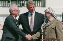 Handschlag zwischen Rabin und Arafat; Bildrechte: dpa