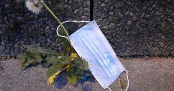 Ein Mundschutz auf dem Boden (Foto: WDR)