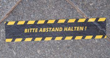 Schild Abstand halten (Foto: dpa)