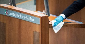 Rede-Pult des Landtags wird desinfiziert (Foto: dpa)