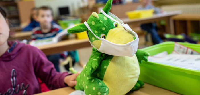 Maskottchen einer Grundschulklasse in NRW zum Start in den Regelunterricht (Bild: dpa)