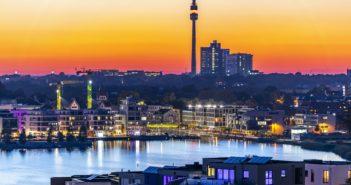 Skyline von Dortmund mit dem Phoenixsee im Vordergrund