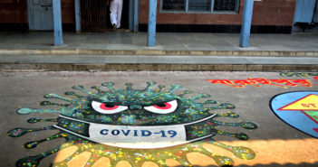 Corona-Grafiti auf eine Straße gemalt (Foto: imago)
