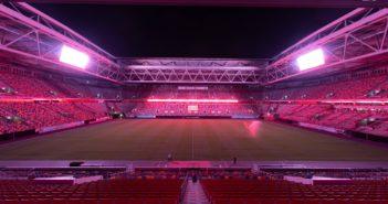 Bild der von innen rot ausgeleuchteten Düsseldorfer Arena (Foto: imago)