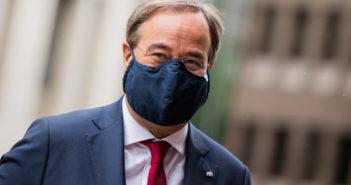 Armin Laschet (CDU) mit Maske (Foto: dpa)