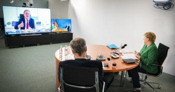 Markus Söder (CSU) und Angela Merkel (CDU) in einer Videoschalte mit Armin Laschet (CDU), Foto: dpa