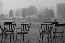Garten mit Stühlen, schwarz-weiß Foto (Rechte: picture alliance / akg-images