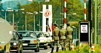 Zonengrenzkontrollpunkt Helmstedt-Marienborn. DDR Grenzer (Vopo) halten Wache bei Fahrbahn - Markierungsarbeiten am 09.06.1983. *** Zone border checkpoint Helmstedt Marienborn GDR Grenzer Vopo keep watch at roadway marking work on 09 06 1983