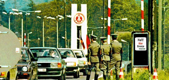 Zonengrenzkontrollpunkt Helmstedt-Marienborn. DDR Grenzer (Vopo) halten Wache bei Fahrbahn - Markierungsarbeiten am 09.06.1983. *** Zone border checkpoint Helmstedt Marienborn GDR Grenzer Vopo keep watch at roadway marking work on 09 06 1983