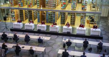 Der Verfassungsgerichtshof des Landes NRW tagt wegen der Corona-Pandemie im Foyer des Gebäudes (Rechte: Rüdiger Wölk/imago-images.de)