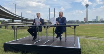 Christian Lindner (links) und Armin Lasdchet halten Koalitionsvertrag in die Kamera